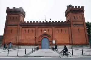 DON DE TERRAINS DE L'ÉTAT POUR LE LOGEMENT SOCIAL : INSUFFISANT POUR MIDI-PYRENEES ET TOULOUSE, DANGEREUX POUR SAINT-MICHEL dans Démocratie locale - Politique Vue-partielle-prise-le-6-mai-2010-de-la-façade-de-lancienne-prison-Saint-Michel-de-Toulouse-300x198